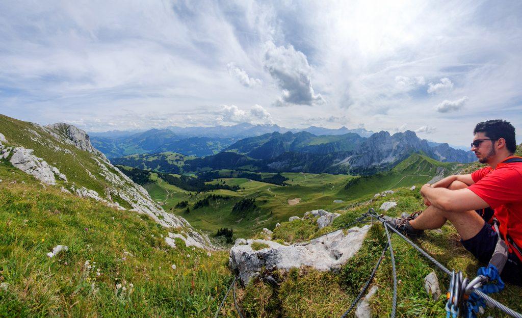 Alkitu - Francisco Matute sentado en la cumbre de una montaña