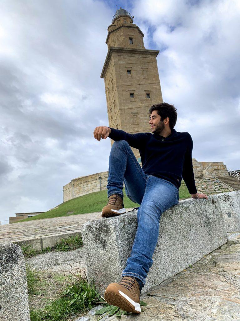 Luis Urdaneta - Sentado cerca de la Torre de Hércules